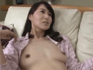 オナニーを盗撮されセックスを強要される美しい友人の母