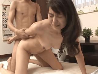 43歳の清楚な人妻が敏感な乳首を勃たせてAV初撮り