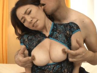感度の良いビンビンになったデカ乳首を責められるゴージャス熟女