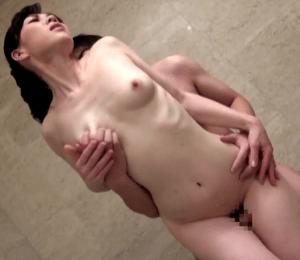 瞳リョウ 寂しい人妻が優しさと肉棒を求めて義兄と不倫!風呂場でセックス中に旦那に見つかってしまう!