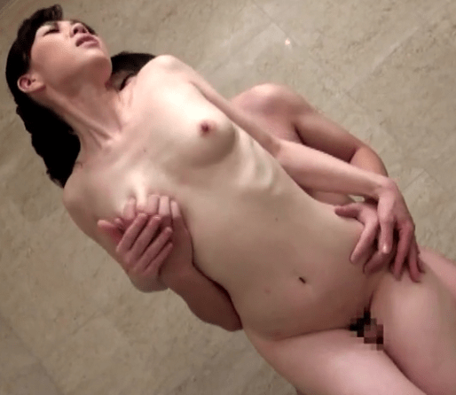 本庄真弓 色白スレンダー母は欲情を抑えられずオナニー後、息子と風呂場でセックス