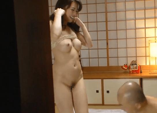 三浦恵理子 父との淫らなセックスを義理の息子に見せつけ誘惑する妖艶な義母