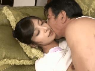 夫には見せない本性を晒す新婚人妻!真昼からスケベな義父と濃厚セックス!
