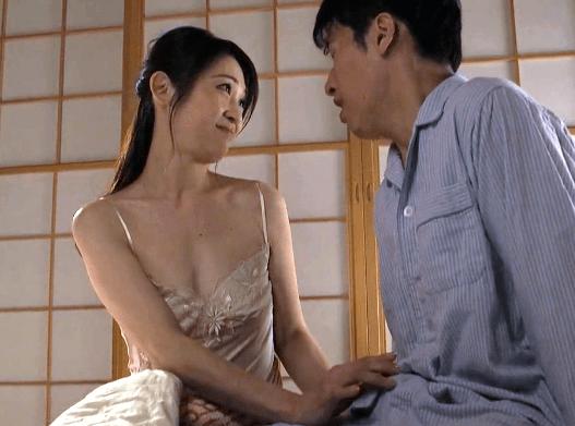 久保今日子 スケベな囁きに勃起!愛しの彼女の傍で綺麗な彼女の母親に童貞を奪われてしまう。