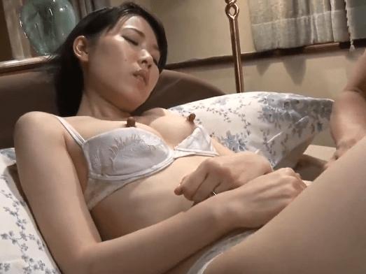 櫻井菜々子 もう乳首ビンビン!感じたくないのに体が反応してしまう息子想いの貧乳母親