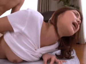 白木優子「あとで私の部屋へ来て♡」ママ友の息子が自分に好意を持っているのを知りながら自慢の巨乳で誘惑してセックス!