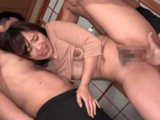 乳輪がでかめのアイドル級の人妻が強制セックスで4P!敏感な肉体は激イキで潮吹き!