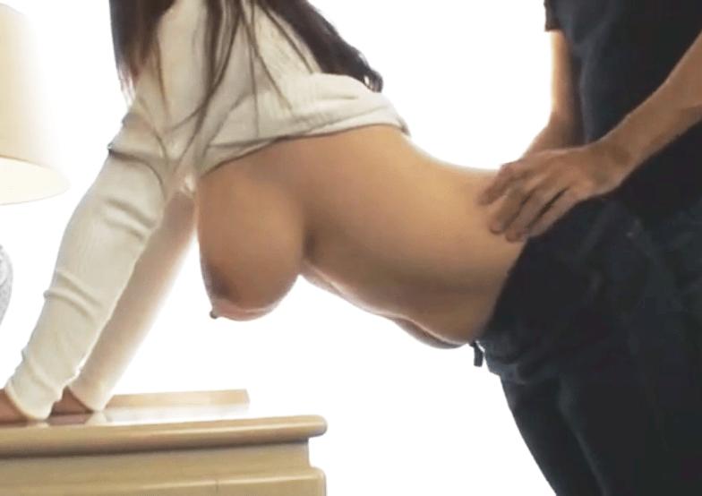 【個人撮影】母乳が出ちゃう!素人妻が長い乳首を引っ張られたりしているうちに母乳が滴れ落ちる