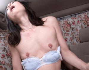53歳の家政婦は超スレンダーで性の悩みも解消してくれる!貧乳だけど優しく親身になってくれて最後は中出しまで!