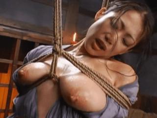 三角木馬で失禁する女囚の美熟女!縄で絞められた巨乳がエロ過ぎ!