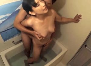 くびれが凄い垂れ乳スレンダーの奥さんが発情!興奮を抑えきれずに家族が留守の自宅でナンパ男と中出し濃厚セックス!
