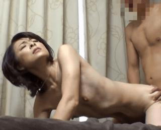 【人妻ナンパ】素の本気セックスを一部始終!上品な顔立ちのドスケベ貧乳熟女が不倫セックス