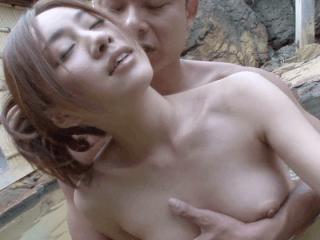 凄く綺麗な大人気の人妻が小さな温泉街の小さな露天風呂で周囲を気にしながらセックス!