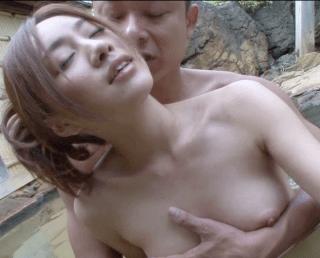 三井加奈子 凄く綺麗な大人気の人妻が小さな温泉街の小さな露天風呂で周囲を気にしながらセックス!