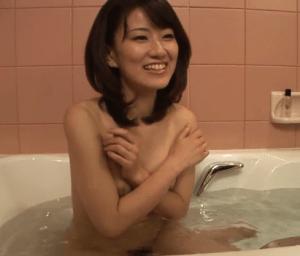34歳の清楚な雰囲気の奥様は手マン大好き!手マンで何度もイキまくる貧乳熟女!