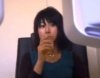 素人 漫画喫茶の個室でオナニーを満喫する人妻!声漏れを気にしつつ指イキと電マイキ!