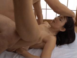 もう巨根じゃないと満足できない!膣奥を貫かれる快感を覚えた人妻が巨根を想像するだけでアソコが濡れまくり