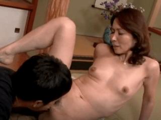 美しすぎる五十路の母親がエロ過ぎ!息子に自分のおま〇こを愛撫させ膣中出しが日課!
