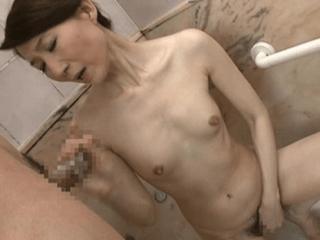 【初撮り】色白スレンダーな47歳の人妻が綺麗すぎ!体全体が性感帯の貧乳熟女は男を食いまくっちゃう淫乱美魔女!
