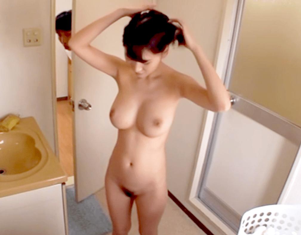 【過激】旦那とは別格の硬くて大きい青年ち〇ぽに夢中の美人妻!入浴姿を覗かせて誘惑し自分からズブリと挿入!