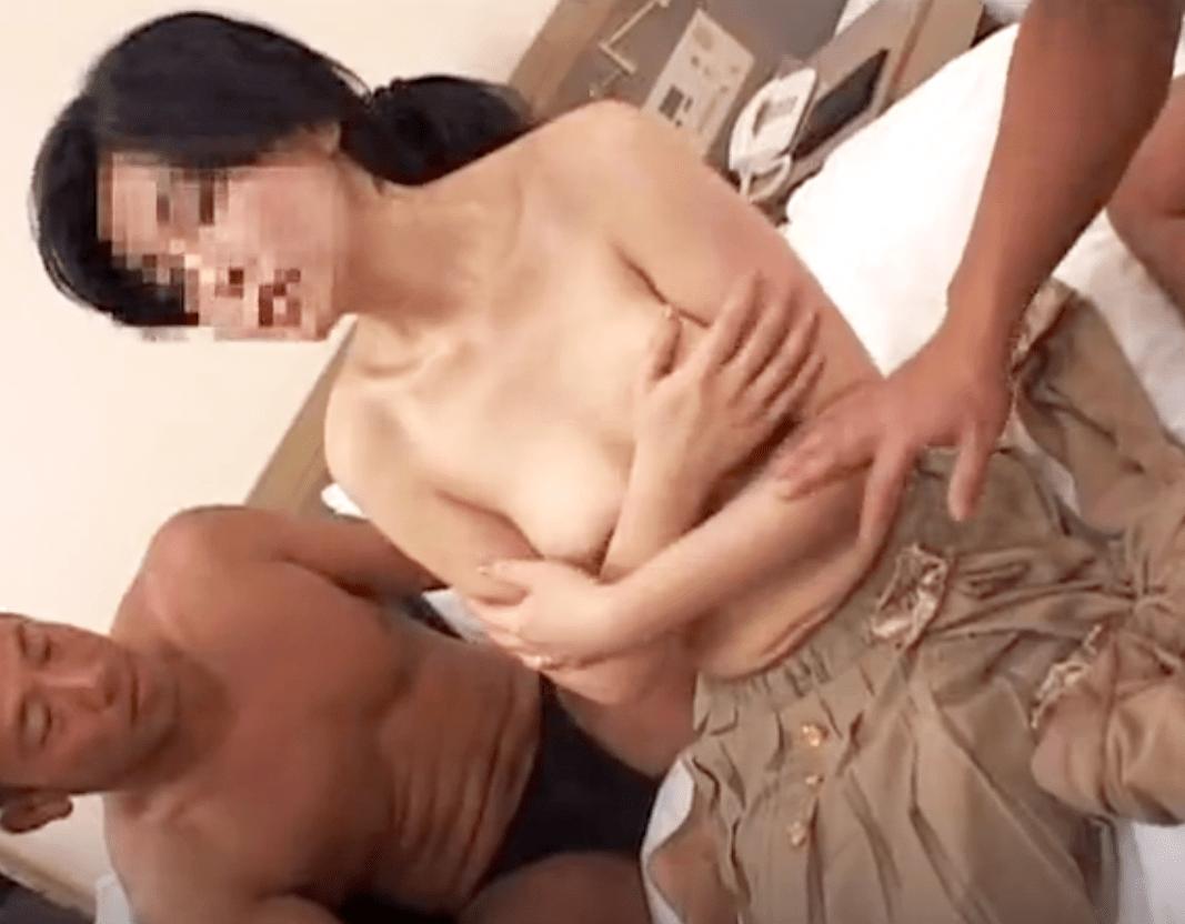 【人妻ナンパ】ガードが堅く裸になるのを拒み続ける熟女!おっぱいを揉むと快楽絶叫モード突入で潮まで噴いちゃう淫乱熟女!