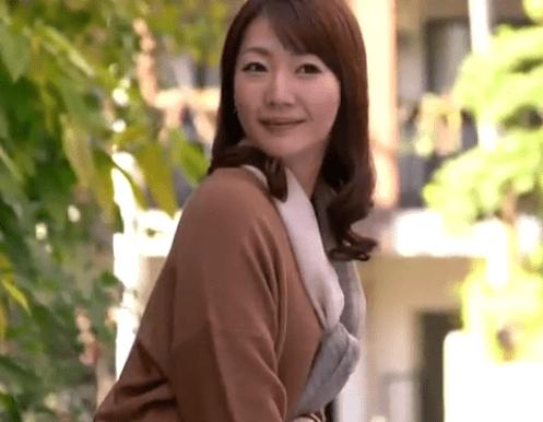 秋本ひとみ お尻をもっと叩いて欲しい尻デカ人妻!激ピストンと大量生中出しに大満足!