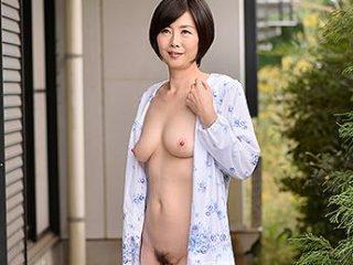 いつも全裸でパジャマを着る美熟女がエロ過ぎ!隣人を胸チラで勃起させてち〇ぽにしゃぶりつく!