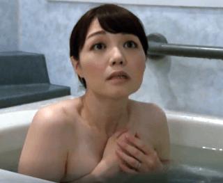 岡野美由紀 宿泊先で奥さんが入浴中とは知らずに風呂に入ってしまう!困惑した奥さんの裸体に興奮し無理やりセックス!