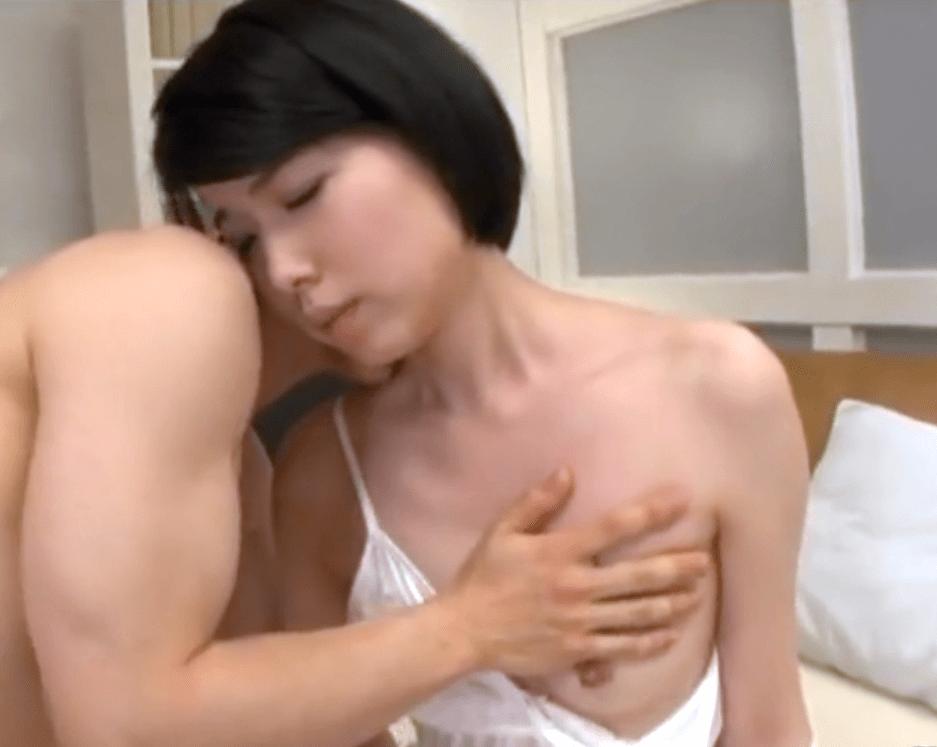 櫻井菜々子 貧乳だけど感度抜群のアラフォーママ!半袖シャツの襟ぐりから覗く乳首で娘の恋人を誘惑!