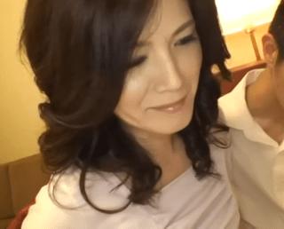 【人妻ナンパ】 男を意識してミニスカートを履きフェロモンを振り撒く熟女をホテルでハメ撮り!