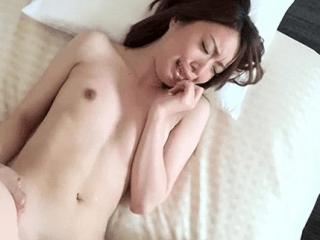 【人妻ナンパ】貧乳だけど色白スレンダーボディは超敏感!浮気SEXに大興奮する超絶美人妻に生挿入と中出し!