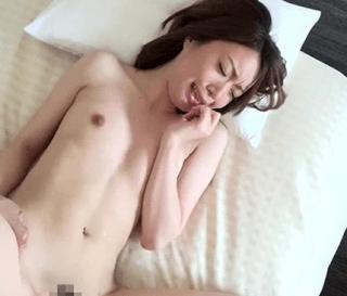 貧乳だけど色白スレンダーボディは超敏感!浮気SEXに大興奮する超絶美人妻に生挿入と中出し!