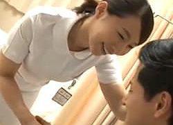活きがいい患者のチ〇ポに大奮闘するベテラン看護婦!ガチガチになったのを見てアソコはヌレヌレ状態!