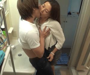 【人妻ナンパ】熟女の素のセックスを盗撮して流出!美人で優しい46歳の熟女が溢れる母性で若者とセックス!