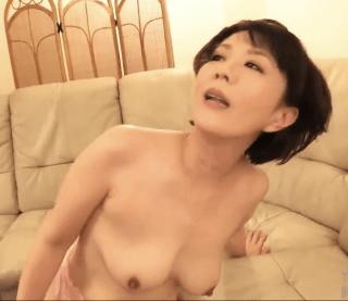 円城ひとみ 熟れた40代の母親が義理の息子と変態セックス!淫乱熟女が高速ピストンで突かれまくって絶頂してヘロヘロ!