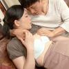 横山紗江子 清楚そうに見えて淫らな性欲を募らせる五十路の貧乳母!息子にアソコをペロペロ舐めさせ絶頂して潮吹き!