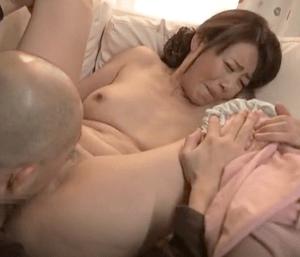 櫻井菜々子 羞恥的な興奮で乳首をビンビンにして放尿する貧乳母!やりたい放題の息子が母親を責めまくり!