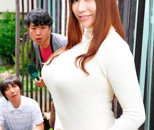 JULIA 奥さんのJカップ巨乳が美しすぎて無意識に手が伸びてしまった!奥さんが敏感に反応するのでそのままセックス!