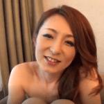 おばさんだけど笑顔がキュートな元モデルの美魔女!結婚したばかりなのに他人と中出しセックスで大乱れ!