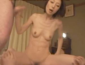 スレンダーで妖艶な50歳の母親が息子のチ〇ポで何度も絶頂!ベロキスしまくりの超濃密な近親相姦セックス!