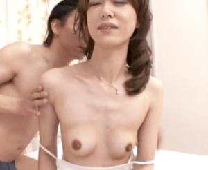 伊山美里 超ド貧乳の2児のママが初めての浮気!セックスレス7年で久しぶり過ぎる快感で乳首イキ!