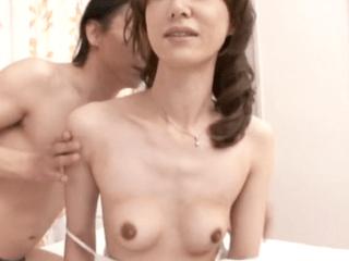 【初撮り】長身モデル体型の奥様が初めての浮気!貧乳だけど感度は抜群!乳首をビンビンにして快楽に没頭するイケナイ奥様!