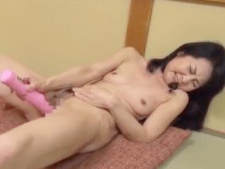 オナニー好きの性欲旺盛な六十路熟女が15年ぶりのセックス!祖母のスレンダーな裸体を見て孫息子が発情しちゃう!