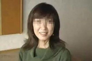 【個人撮影】近所のママ友と不倫セックス!清楚そうな奥さんが黒乳首をビンビンにして喘ぐ姿がエロ過ぎ!