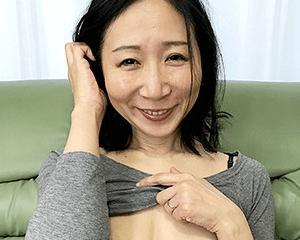 素人感満載の初々しいリアクションの奥さん(52)が超絶可愛い!年相応の垂れ気味おっぱいを揺らし大量中出し!