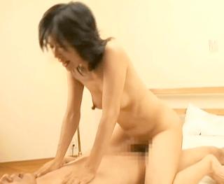 Mっ気たっぷりの超淫乱体質の熟女がガチでイキまくり!44歳の長乳首奥さんが初撮りで晒す本気の素のセックス!