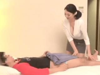 清楚そうな超乳マッサージ師にチ〇ポを強引に見せると欲情しちゃった!仕事を放棄して一心不乱にセックスに乱れ狂う熟女!