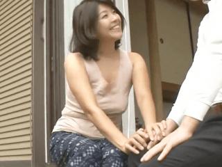 男達が群がる笑顔の素敵な豊満ボディな奥さん!夫の留守中に近所の男達と激しくセックスしまくる人妻がエロ過ぎ!