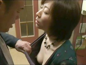 スレンダー熟女が唾液を垂らしてベロチューしまくり!他人のチ〇ポが気持ち良すぎてイキ狂う不貞妻!