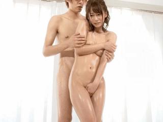 『綺麗な裸を残しておきたい』自慢の妻がメモリアルヌード撮影!共演男性のチ〇ポを見て愛液を垂らしちゃった奥さんが欲情しちゃう!